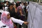 Orang tua murid melihat pengumuman Penerimaan Peserta Didik Baru (PPDB) 2014 di SMA Negeri 1 Solo, Jawa Tengah, Kamis (3/7/2014). Peserta yang telah dinyatakan diterima di suatu sekolah dan telah melakukan pendaftaran ulang, akan menjalani hari pertama masuk sekolah pada 14 Juli 2014. (Septian Ade Mahendra/JIBI/Solopos)