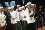 Ustaz A.M. Husni Tamrin menjadi imam saat acara Tarawih Keliling Kota Solo dan Pengajian Ramadan 1435 H di Griya Solopos, Solo, Jawa Tengah, Jumat (11/7/2014). Dalam kesempatan tersebut Habib Syech Bin Abdul Qodir Assegaf selaku pengisi khotbah sempat mengajak jemaah mendoakan keselamatan umat Islam di Palestina. (Ardiansyah Indra Kumala/JIBI/Solopos)