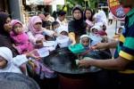 FOTO RAMADAN 2014 : Peserta Didik TPA Nikmati Bubur Ramadan