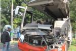Seorang warga mengamati bangkai bus Rosalia Indah yang diparkir di belakang Mapolres Karanganyar, Senin (7/7/2014). Bus yang dikemudikan Sri Tawar itu menubruk truk hingga menyebabkan satu orang tewas dan tiga penumpang bus lainnya luka-luka. (Ponco Suseno/JIBI/Solopos)