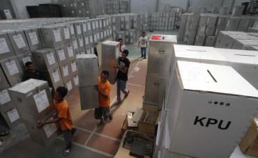 Petugas membawa kotak suara yang berisi logistik pemilu untuk pemungutan suara Pemilihan Umum Presiden dan Wakil Presiden (Pilpres) 2014 dari gudang logistik KPU Solo, Jawa Tengah, Minggu (6/7/2014). Pada H-3 pemungutan suara Pilpres 2014, KPU Solo mulai mendistribusikan logistik pemilu ke tiga kecamatan, yaitu Laweyan, Serangan, dan Jebres. (Ardiansyah Indra Kumala/JIBI/Solopos)