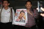 Pemimpin Redaksi Tabloid Obor Rakyat Setyardi Budiyono (tengah) didampingi kuasa hukumnya Hinca Panjaitan (kiri) memegang tabloid Obor Rakyat seusai menjalani pemeriksaan di Bareskrim Mabes Polri, Jakarta, Senin (23/6). Setyardi Budiyono diperiksa selama lima jam sebagai saksi terkait kasus dugaan fitnah dari isi berita yang disebar melalui tabloid Obor Rakyat. (JIBI/Solopos/Antara/Reno Esnir)