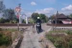 Seorang pengendara sepeda motor melintas di perlintasan kereta tak berpalang pintu di wilayah Dusun Srago, Desa Mojayan, Klaten, Sabtu (5/7/2014). Pengamana perlintasan bakal ditingkatkan seiring datangnta arus mudik. (Chrisna Chanis Cara/JIBI/Solopos)
