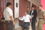 Kepala Dinas Perindustrian dan Perdagangan (Disperindag) Sukoharjo, A.A. Bambang Haryanto (baju putih) bersitegang dengan Manajer Teknik, PT Ampuh Sejahtera, Ajiyono (baju kotak-kotak) di Pasar Ir. Soekarno, Sukoharjo, Senin (14/7/2014). (Iskandar/JIBI/Solopos)