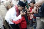 Capres Prabowo Subianto mencium kening seorang anak saat mengunjungi Kontrakan Seribu Pintu di Kawasan Industri Jababeka, Cikarang, Bekasi, Jawa Barat, Senin (7/7/2014). Prabowo mendapat undangan dari buruh untuk berbuka puasa bersama di tengah masa tenang Pilpres 2014. (JIBI/Solopos/Antara/Prasetyo Utomo)
