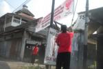 Petugas menurunkan spanduk ucapan selamat atas kemenangan pasangan pasangan capres-cawapres, Prabowo-Hatta di Ngadirejo, Kartasura, Sukoharjo, Sabtu (12/7/2014). (Iskandar/JIBI/Solopos)