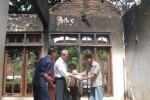Sekretaris PMI Cabang Wonogiri, Annajib Thohari (dua dari kiri) menyerahkan bantuan uang, perlengkapan mandi dan makan kepada pemilik rumah terbakara, Tijan, 60, warga Dusun Gondangkurun RT 001/RW 003, Desa Wonoharjo, Kecamatan/Kabupaten Wonogiri, Selasa (8/7/2014).(JIBI/Solopos/Trianto Hery Suryono)