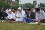 Bupati Sukoharjo, Wardoyo Wijaya, membaca doa saat Salat Id di alun-alun Sukoharjo, Senin (28/7). Bupati beserta jajarannya melakukan Salat Id berjamaah di alun-alun Sukoharjo. (Istimewa)