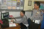 Petugas Satlantas Polres Sukohrjo memonitor arus lalu-lintas dari ruang pengendali di kantor Satlantas, Sabtu (26/7/2014). (JIBI/Solopos/Iskandar)