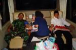 Anggota TNI dan warga antre di samping bus milik PMI Wonogiri untuk mendonorkan darah dan mengikuti Salat Taraweh bersama di Aula Makodim 0728/Wonogiri, Selasa (22/7/2014) malam. (JIBI/Solopos/Solopos)