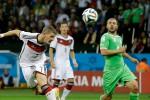 Pemain Jerman, Bastian Schwinsteiger menyundul bola saat melawan Aljazair, Selasa (1/7/2014). (JIBI/fifa.com)