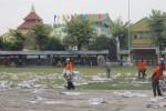 Petugas membersihkan sampah koran bekas seusai Salat Id di Alun-Alun Satya Negara, Sukoharjo, Senin (28/7/2014). (JIBI/Solopos/Ibda Fikrina Ada)
