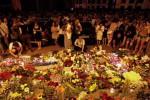 Orang-orang meletakkan lilin dan bunga di Kedutaan Belanda sebagai tanda simpati untuk para korban pesawat Malaysia Airlines MH17, yang jatuh di Kiev, Ukraina, Kamis (17/7/2014). Pesawat Malaysia Airlines Boeing 777, yang terbang dari Amsterdam ke Kuala Lumpur, ditembak jatuh dan menewaskan 295 orang di dalamnya. (JIBI/Reuters/Valentyn Ogirenko)