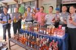 Petugas Polres Sleman menunjukkan barang bukti miras impor ilegal yang disita dari gudang miras di Cageran, Tamanmartani, Kalasan, Jumat (25/7/2014). (JIBI/Harian Jogja/Sunartono)