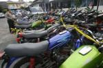 Petugas Satlantas Polresta Solo memeriksa kondisi 45 unit sepeda motor sitaan di halaman kantor Satlantas, Jl. Slamet Riyadi, Gendengan, Solo, Kamis (10/7/2014). Sepeda motor tersebut terpaksa ditahan karena melanggar aturan berlalu lintas saat konvoi perayaan kemenangan hitung cepat Capres Jokowi-JK. (JIBI/SOLOPOS/ Sunaryo Haryo Bayu)