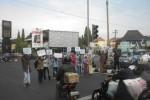 Sejumlah waga membentangkan poster guna menyambut para pemudik, di Simpang Lima Sukoharjo Kota, Jumat (25/7/2014). (JIBI/Solopos/Iskandar)