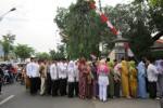 Warga mengantre di depan Rumah Dinas Bupati Sukoharjo, Senin (28/7/2014).Hari itu Bupati Sukoharjo menggelar open house di kediamannya yang dihadiri puluhan warga Sukoharjo.(Ibda Fikrina Abda/JIBI/Solopos)