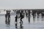 Wisatawan bermain dan berenang saat berkunjung ke Pantai Parangtritis, Bantul, (JIBI/Harian Jogja/Desi Suryanto)