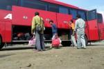 Para pemudik turun dari bus Agra Mas Jurusan Jakarta-Wonogiri di Terminal Induk Giri Adipura Wonogiri, Minggu (20/7/2014). Mereka terlambat datang ke kampung halaman lantaran bus terjebak kemacetan panjang pascaamblesnya Jembatan Comal, Kabupaten Pemalang. (JIBI/Solopos/Bony Eko Wicaksono)