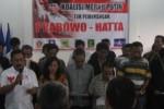 Perwakilan mantan caleg Partai Hanura, Harjanto (pegang mik)membacakan pernyataan sikap mendukung Capres-Cawapres, Prabowo-Hatta di Posko Pemenangan Pasangan Calon Presiden dan Wakil Presiden, Prabowo-Hatta di Kantor DPD PAN Wonogiri, Rabu (2/7/2014) malam. (Trianto HS/JIBI/Solopos)