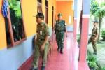 Petugas gabungan dari Satpol PP, polisi dan TNI sedang menyisir sebuah hotel di kawasan Delanggu Klaten, Rabu (16/7). Pengawasan dilakukan untuk menjaga kekhusukan ibadah di Bulan Ramadan. (Ayu Abriani/JIBI/Solopos)