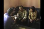 Tim Disaster Victim Identification (DVI) Polda Jateng saat mengambil sampel darah keluarga koban jatuhnya pesawat Malaysia Airlines (MH17), Supartini di Dusun Sidorejo RT 011/RW 002, Munggur, Mojogedang, Karanganyar, Sabtu (19/7/2014). (JIBI/Solopos/Ponco Suseno)