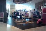 Gerai Esprit di The Park Mall Solo Baru menawarkan diskon hingga separuh harga (Putu Wiggih Diesta/JIBI/Solopos.com)