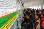 Warga mengantre untuk mendapatkan tiket kereta api (KA) di Stasiun Senen Jakarta, Sabtu (12/7/2014). (Dwi Prasetya/JIBI/Bisnis)