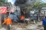 Petugas berusaha memadamkan api yang menjalar di rumah milik Paiman, di RT 002/RW 002, Kelurahan Tambak, Mojosongo, Boyolali, Selasa (5/8/2014). Dalam sehari terdapat dua tempat yang mengalami kebakaran di Boyolali. (Ahmad Baihaqi/JIBI/Solopos)