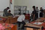 Pegawai KPU Wonogiri membuka kotak berisi dokumen pemungutan suara Pilpres 2014 dengan disaksikan Ketua DPD PKS Wonogiri Dewaky Astantomo (kanan) di Aula Kantor KPU Wonogiri, Sabtu (9/8/2014). (Trianto Hery Suryono/JIBI/Solopos)