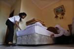 Dua siswi SMK Kasatriyan Kartasura, Sukoharjo tengah merapikan ranjang di hotel tempat mereka melakukan praktik kerja, beberapa waktu lalu. (JIBI/Solopos/dok)