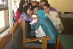 Sejumlah keluarga menangis dan mengerumuni Sukini seusai vonis di Pengadilan Negeri Sukoharjo, Rabu (13/8/2014). (JIBI/Solopos/Isakndar)