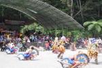 Para pengunjung di Tlogo Putri, Kaliurang, beramai-ramai menyaksikan pertunjukan seni jatilan, Kamis (31/7/2014). (Rima Sekarani/JIBI/Harian Jogja)