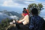 Menikmati pemandangan di pos empat Gunung Lawu (Januardi/JIBI/Harian Jogja)