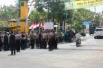 Sejumlah polisi berjaga-jaga di perempatan Grogol, Desa Piyaman untuk melarang rombongan kubu Atiek Damayanti masuk ke lokasi wisata Pindul. Jumat (8/8/2014). (David Kurniawan/JIBI/Harian Jogja)