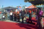 Bupati Bantul Sri Suryawidati tengah menerima penghargaan dari Museum Rekor Indonesia (MURI) atas pemrakarsa penyelenggaraan even produk lokal terbesar di Bantul bernama Bantul Expo (BE) 2014. Bersamaan dengan itu juga Suadmaji (kanan) seorang perajin kuningan klonthong sapi terbesar sebagai ikon kegiatan BE di halaman Pasar Seni Gabusan, Jumat (15/8/2014). Serah terima penghargaan rekor Muri menandai dibukanya BE untuk 10 hari kedepan. (Endro Guntoro/JIBI/Harian Jogja)