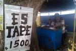 Es tape Rubingin selalu laris manis dibeli masyarakat Kulonprogo maupun pendatang yang sekedar singgah untuk melepas dahaga saat melintasi Jalan Nagung-Brosot, Panjatan. (Holy Kartika N.S/JIBI/Harian Jogja)