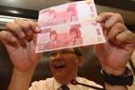 Kepala Kantor Perwakilan BI DIY, Arief Budi Santoso menunjukkan uang rupiah terbaru di Bank Indonesia (BI), Jalan Senopati, Jogja, Senin (18/8). Per 17 Agustus 2014, BI resmi meluncurkan pecahan uang baru NKRI dengan nominal Rp100.000. (Harian Jogja/ Gigih M. Hanafi)
