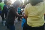 Sejumlah peserta aksi hijau bersama dan aksi rampok plastik Hi Lo Green Community sedang membagikan kantong ramah lingkungan pengganti plastik di depan Gedung Grapari Telkomsel, jalan Jendral Sudirman Jogja, Jumat (22/8/2014). (JIBI/Harian Jogja/Abdul Hamied Razak)