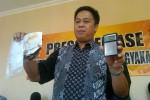 Direktur Reserse Narkoba, Polda DIY Kombes Andi Fairan menunjukkan barang bukti milik tersangka RS berupa buku rekening yang terbakar, paket sabu dan alat timbang elektrik, Jumat (22/8/2014). (JIBI/Harian Jogja/Sunartono)