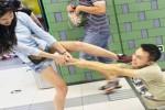 Seorang pria di Beijing ditarik paksa kekasihnya karena terlalu asyik bermain iPhone. (Dailymail.co.uk)
