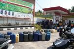 Ratusan jirigen mengantre menunggu diisi oleh petugas di SPBU Patalan, Jetis, Bantul Minggu (24/8/2014). Pemangkasan alokasi BBM bersubsidi sebesar 5% Selasa mulai (19/8/2014) lalu memicu antrean BBM bersubsidi di sejumlah SPBU di Bantul. (JIBI/Harian Jogja/Bhekti Suryani)