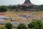 Ribuan mahasiswa baru UGM membentuk formasi Garuda Pancasila di halaman Gedung Sabha Pramana, Minggu (24/8). Kegiatan itu sekaligus menandai penutupan Kegiatan Pelatihan Pembelajar Sukses Mahasiswa Baru (PPSMB) yang sudah berlangsung sepekan. (JIBI/Harian Jogja/Arief Wahyudi)