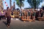 Parade Gejog Lesung dengan kolaborasi kelompok penyanyi yang tampil memeriahkan pembukaan Festival Kesenian Yogyakarta (FKY) di Kulonprogo, Jumat (29/8/2014) di Alun-alun Wates. (JIBI/Harian Jogja/Holy Kartika N.S)