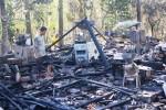 Sejumlah warga membantu Sutarjono membersihkan puing-puing pengilingan. Akibat kebakaran itu diperkirakan kerugian mencapai puluhan juta rupiah. Sabtu (30/8/2014). (JIBI/Harian Jogja/David Kurniawan)