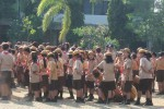 Sebagian siswa terlihat duduk-duduk di antara temannya saat mengikuti upacara Hari Pramuka ke-53 di Alun-alun Giri Krida Bakti, Wonogiri, Kamis (14/8/2014).(JIBI/Solopos/Trianto Hery Suryono)