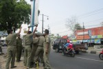 Petugas Satpol PP melepas reklame yang telah habis masa berlakunya di Jl.Lawu, Karanganyar, Kamis (14/8/2014). (JIBI/Solopos/Mariyana Ricky P.D.)