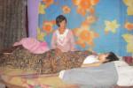 Marmi, 50, duduk di samping putrinya, Riyanti, 15, yang tergolek lemas akibat tumor schwannoma. Ia berharap uluran tangan dermawan, dan pemerintah untuk membantu kesembuhan putrinya.(JIBI/Solopos/Mariyana Ricky P.D.)