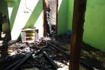 Seorang warga melihat puing-puing kebakaran rumah milik Sarimin, warga Dusun Doho RT 001/RW 001, Desa Doho, Kecamatan Girimarto, Wonogiri, Jumat (15/8/2014). (JIBI/Solopos/Trianto Hery Suryono)