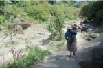 Seorang penambang membawa pasir di Desa Jelok, Cepogo, Boyolali, Jumat (15/8/2014). (JIBI/Solopos/Ahmad Baihaqi)